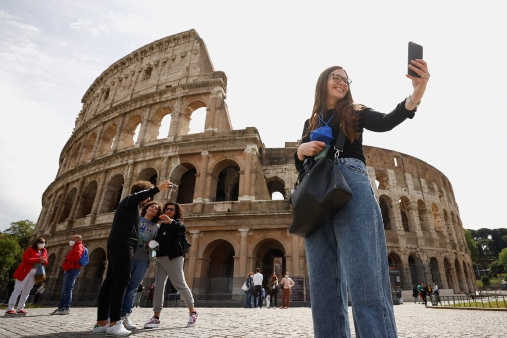 With no facing, Italy welcomes back normal life
