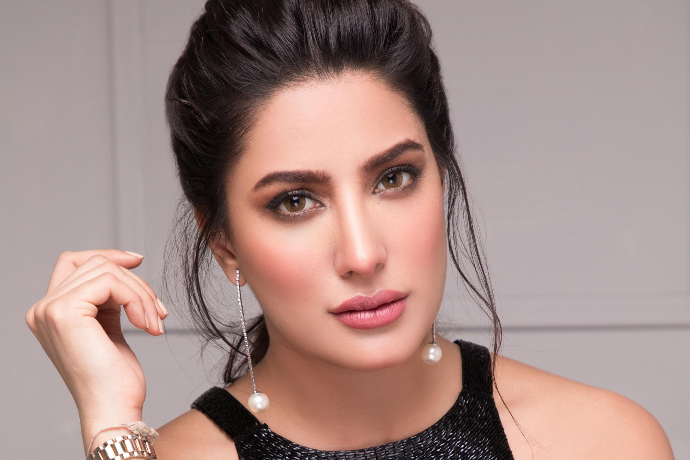 Mehwish Hayat Being Criticized For Comparing With Imran Khan