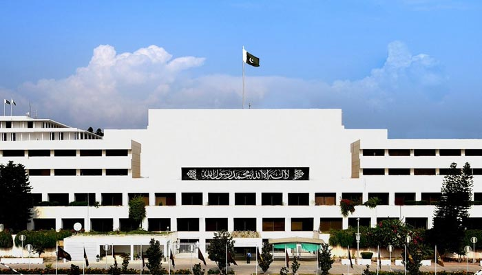 Parliamentarians receive a briefing on security from military