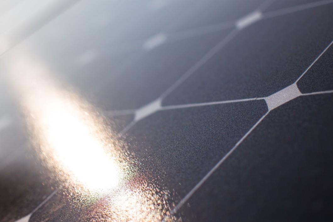 a-sunbeam-hits-a-solar-panel_t20_x6LAaX