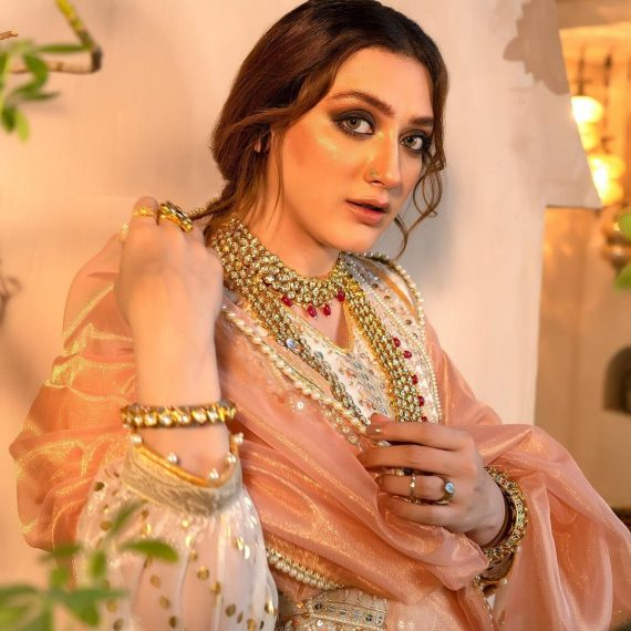 Momina Iqbal shows off her elegant look in latest photos