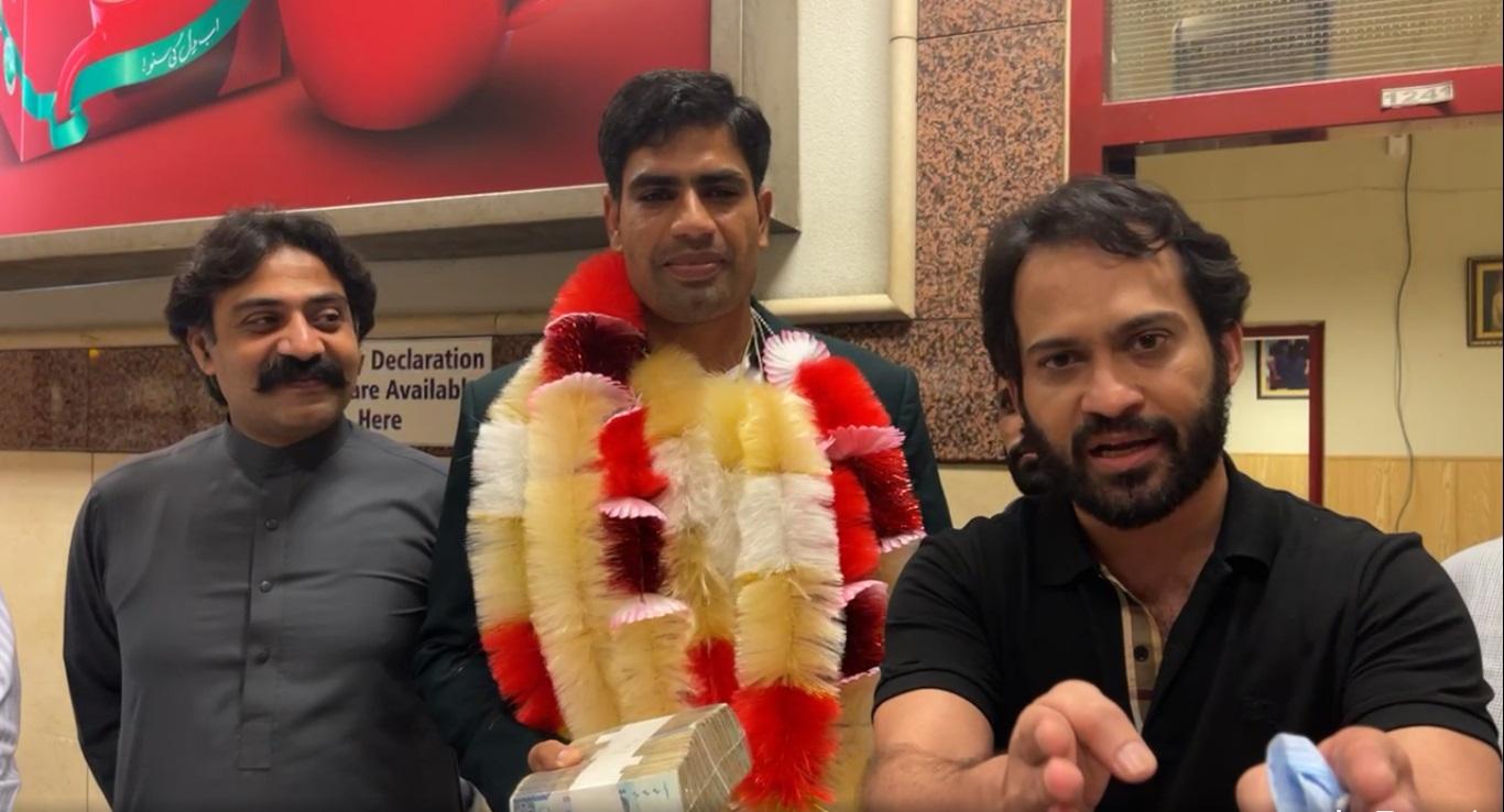 Arshad Nadeem, an Olympian, receives a Rs. 1 million gift from Waqar Zaka